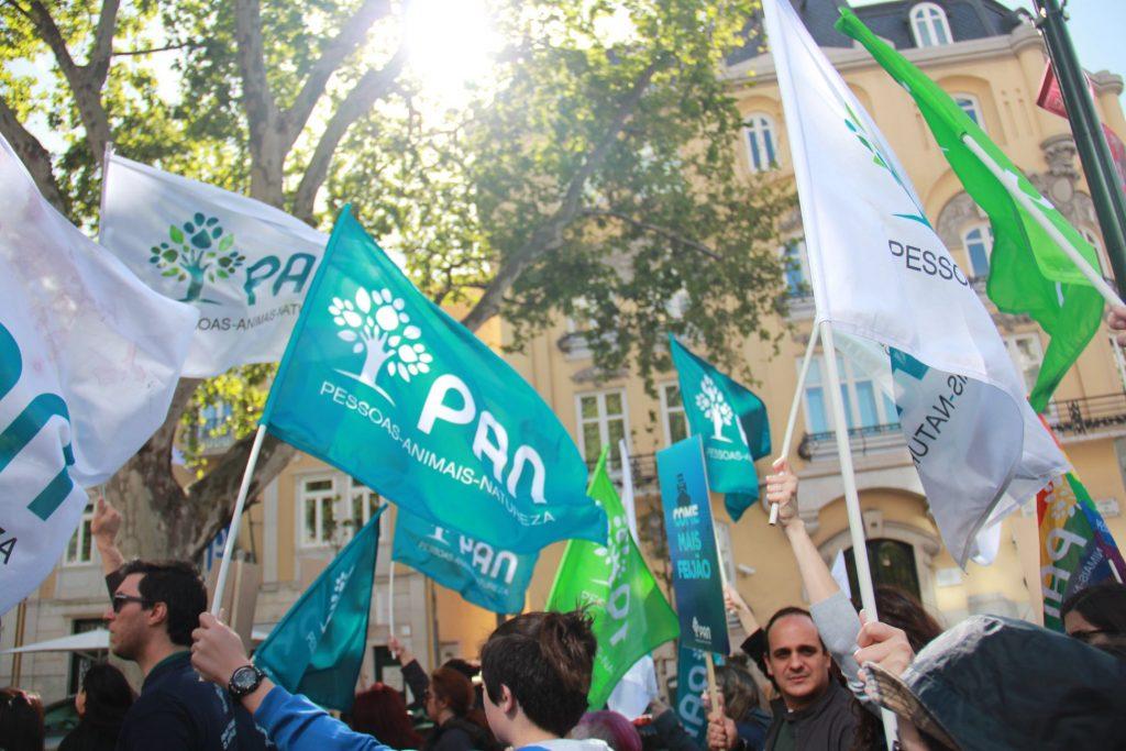 Multidão com bandeiras do PAN no ar em dia de sol