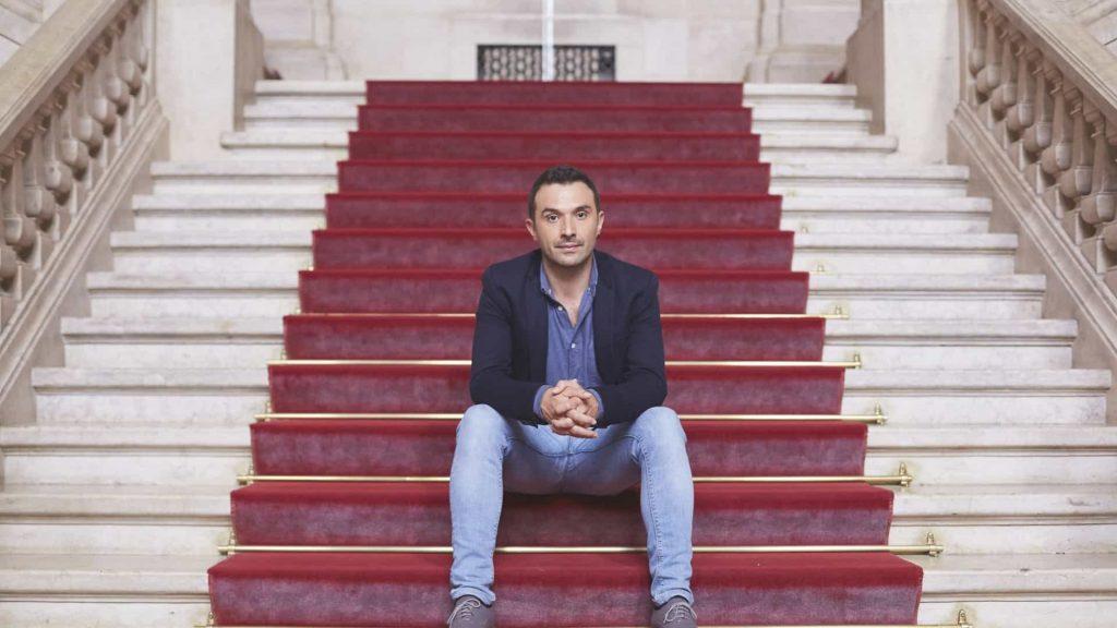 Francisco Guerreiro Cabeça de Lista às Europeias 2019 sentado em escadaria
