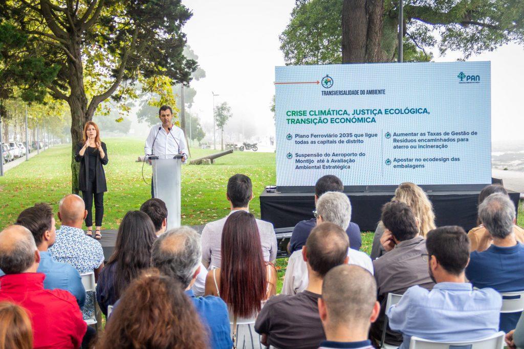 Apresentação do Programa Eleitoral - Legislativas 2019 - Na imagem está André Silva acompanhado de uma intérprete de Língua Gestual Portuguesa