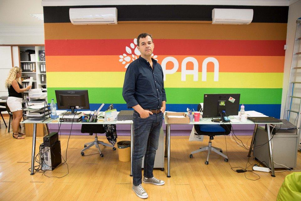 Na imagem está André Silva dentro da sede do PAN, em Lisboa