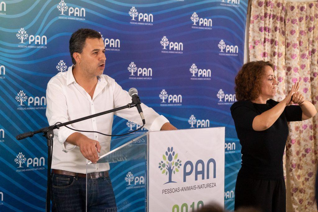Na imagem surge André Silva do PAN a discursar, acompanhado de uma intérprete de Língua Gestual Portuguesa