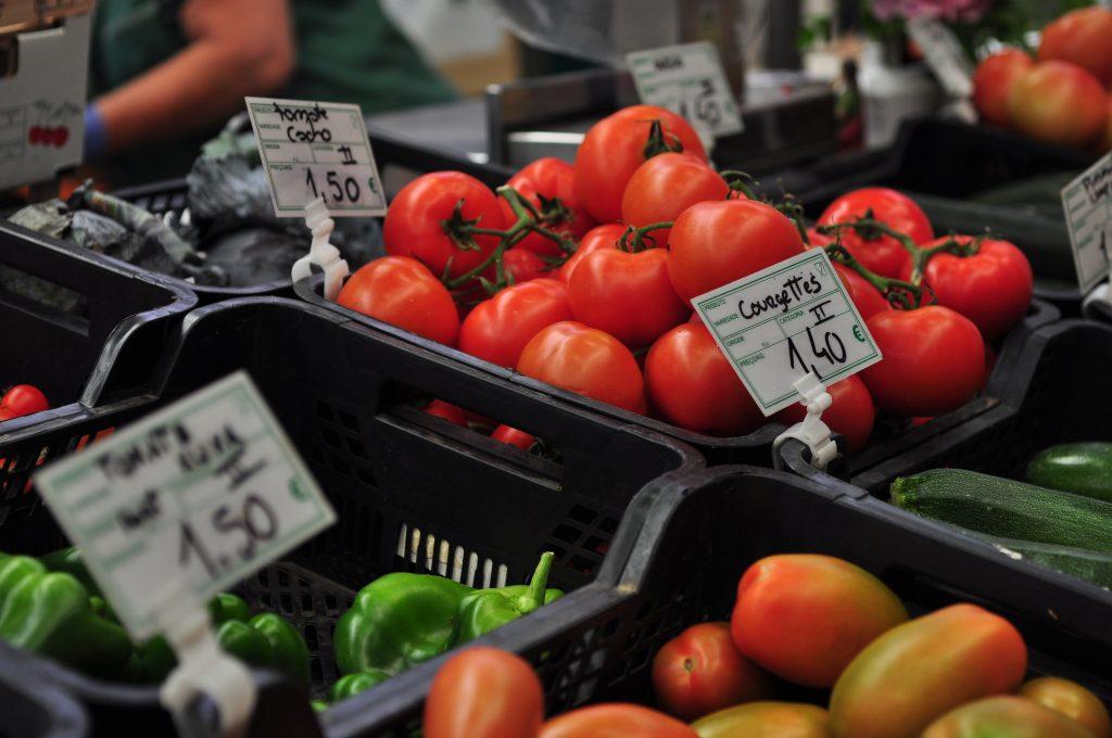 Na imagem estão vários alimentos de origem vegetal num mercado