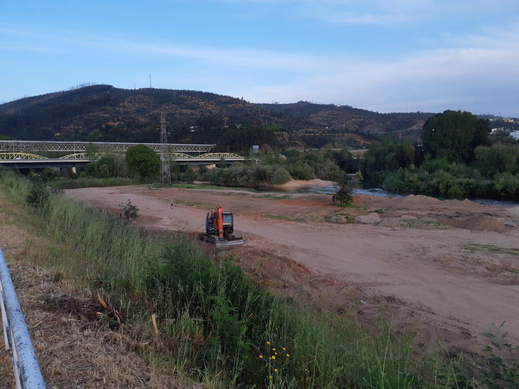 Terraplanagem junto ao rio Mondego