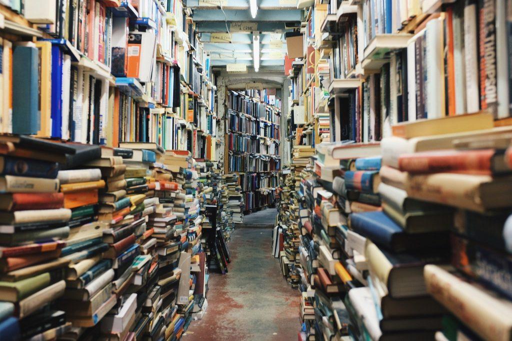 Livros numa biblioteca
