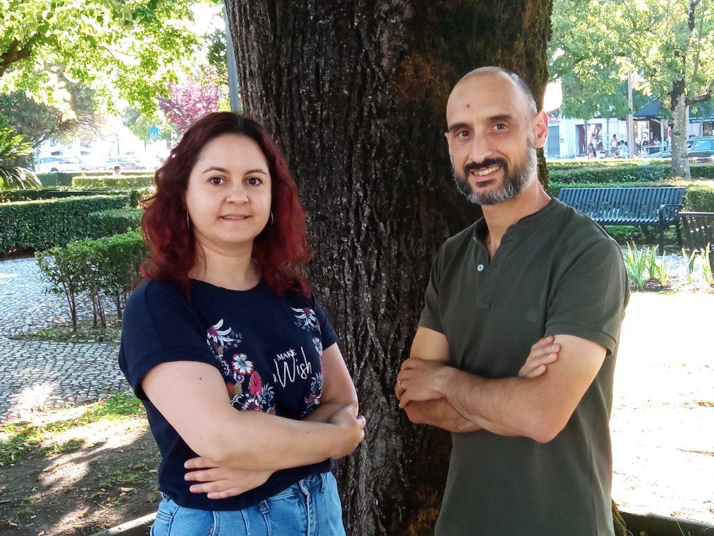 Fotografia num jardim de Liliana Vieira e Pedro Machado - candidatura autárquica do PAN em Leiria
